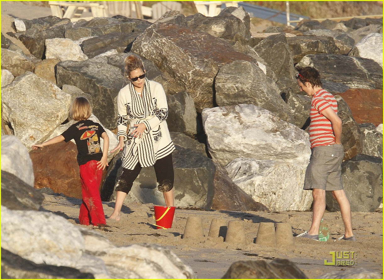 kate hudson matt bellamy beach 12