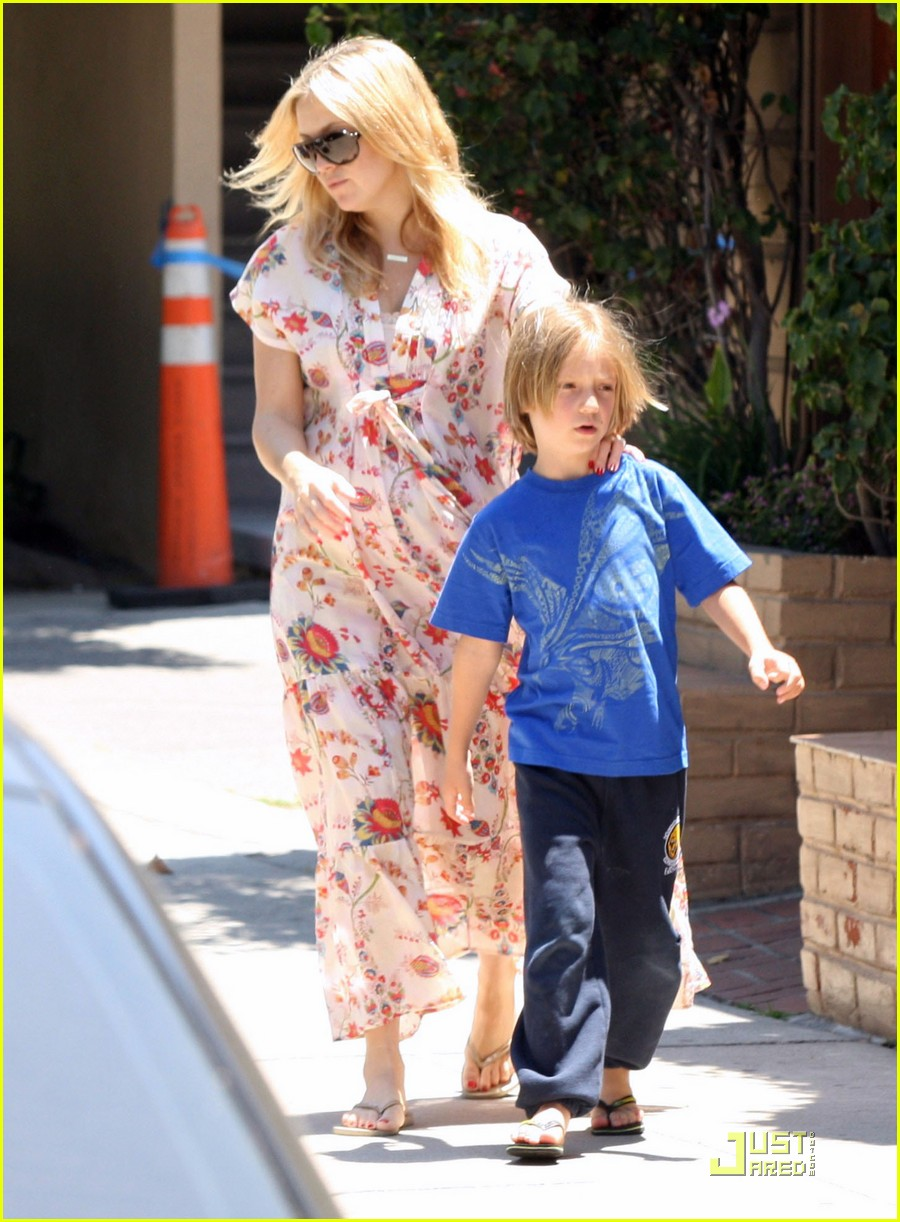 kate hudson and family lunch without bingham 01