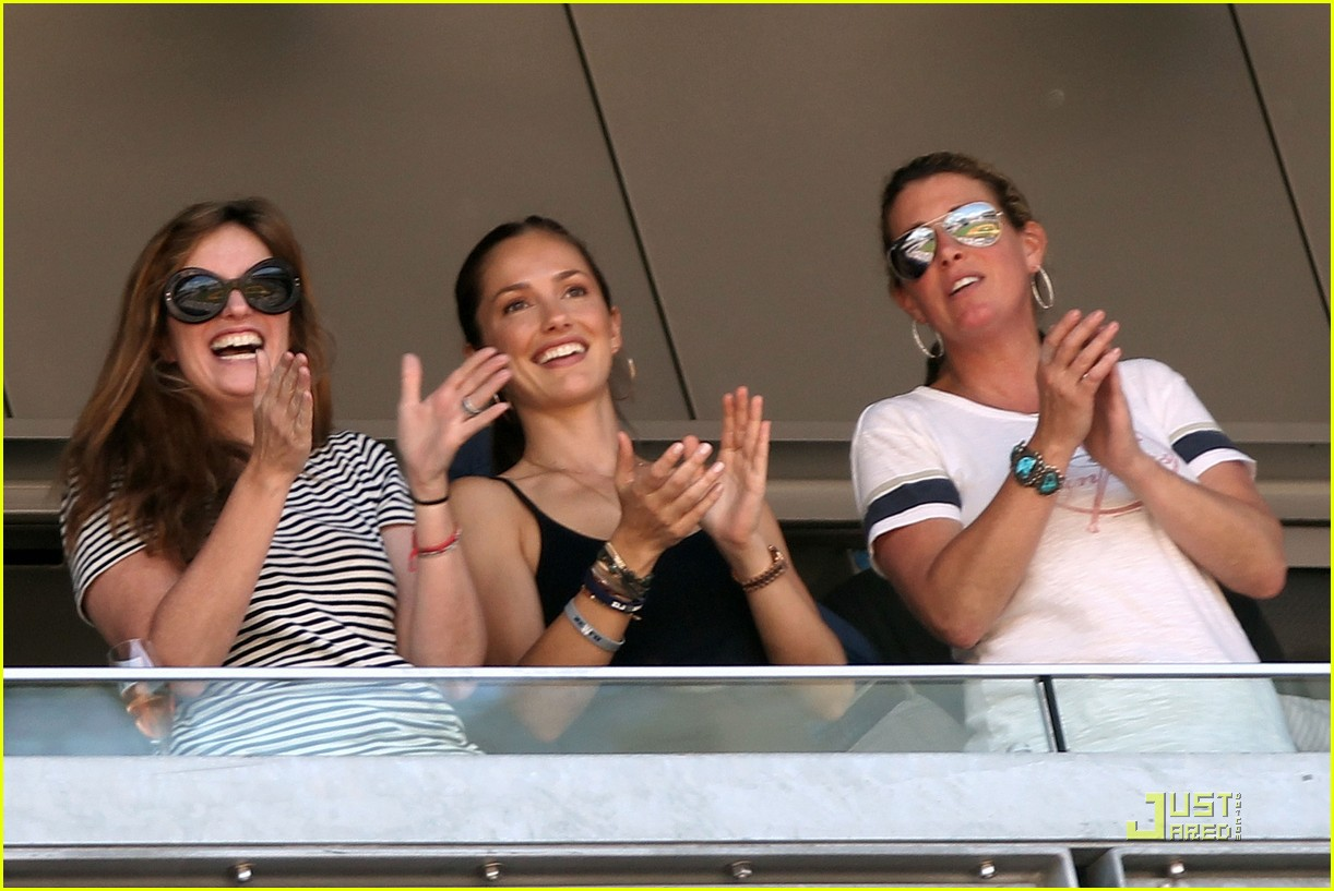 minka kelly cheers for derek jeter 3000 hit 03