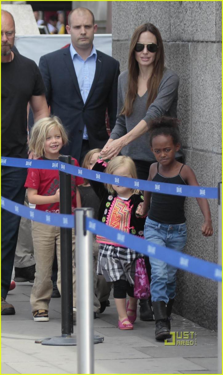angelina jolie knox vivienne zahara shiloh london aquarium 032563598