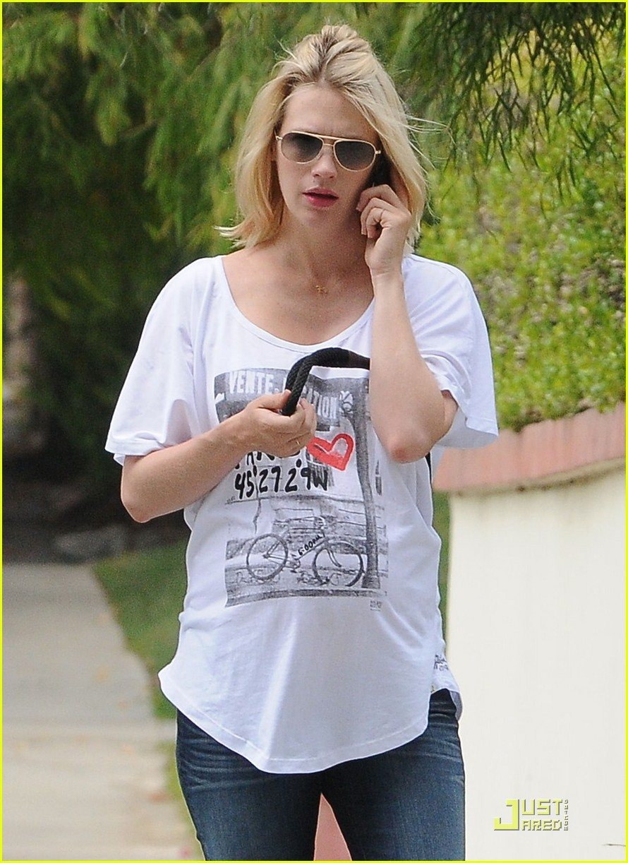 january jones walks dog 02