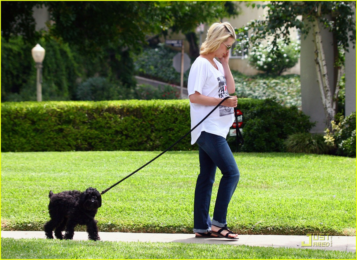 january jones walks dog 07