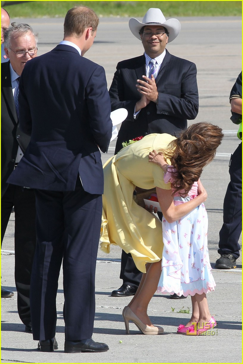 prince william kate calgary airport 08