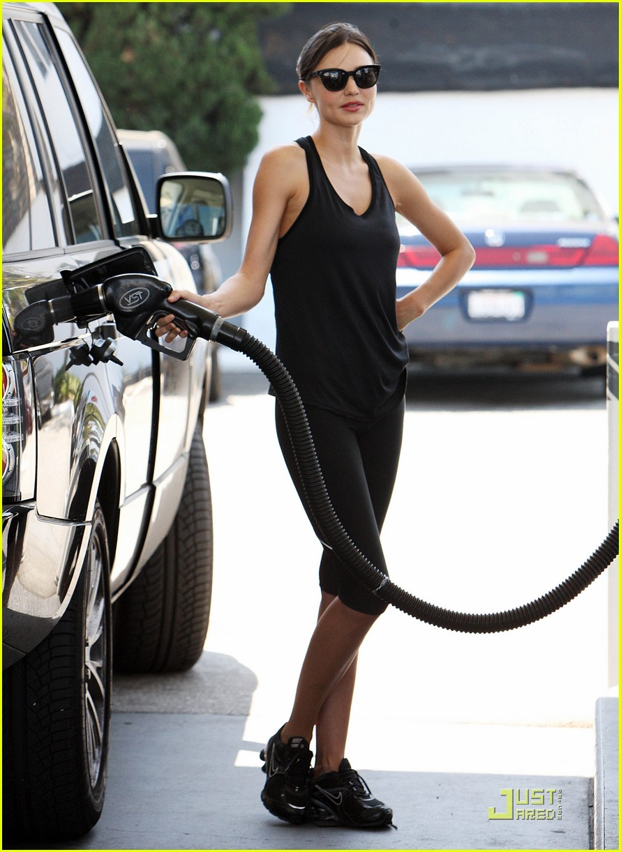 miranda kerr pumps her own gas 01