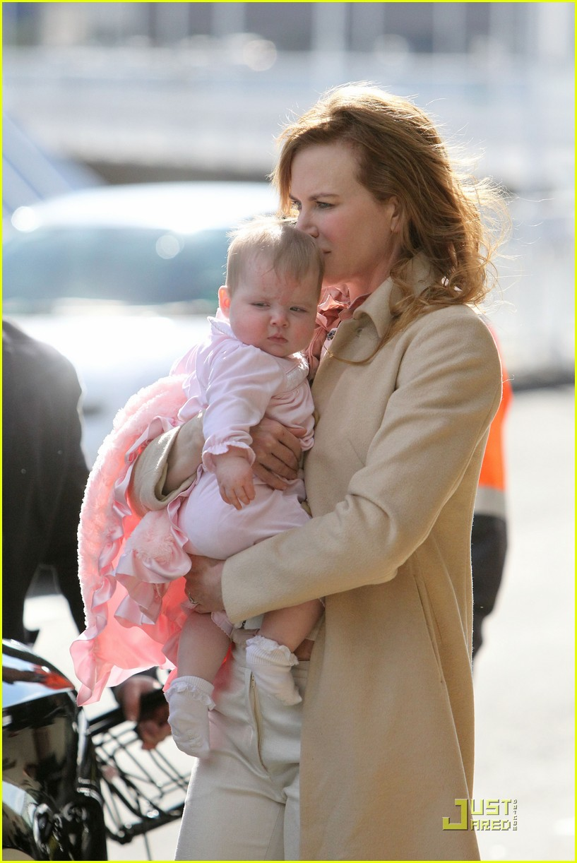 nicole kidman faith sydney airport 01