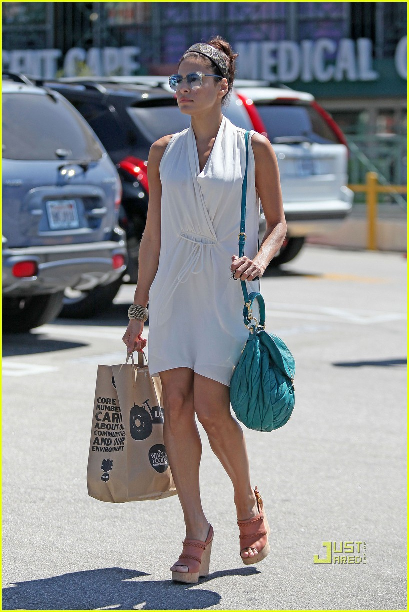 eva mendes grocery shopping 01