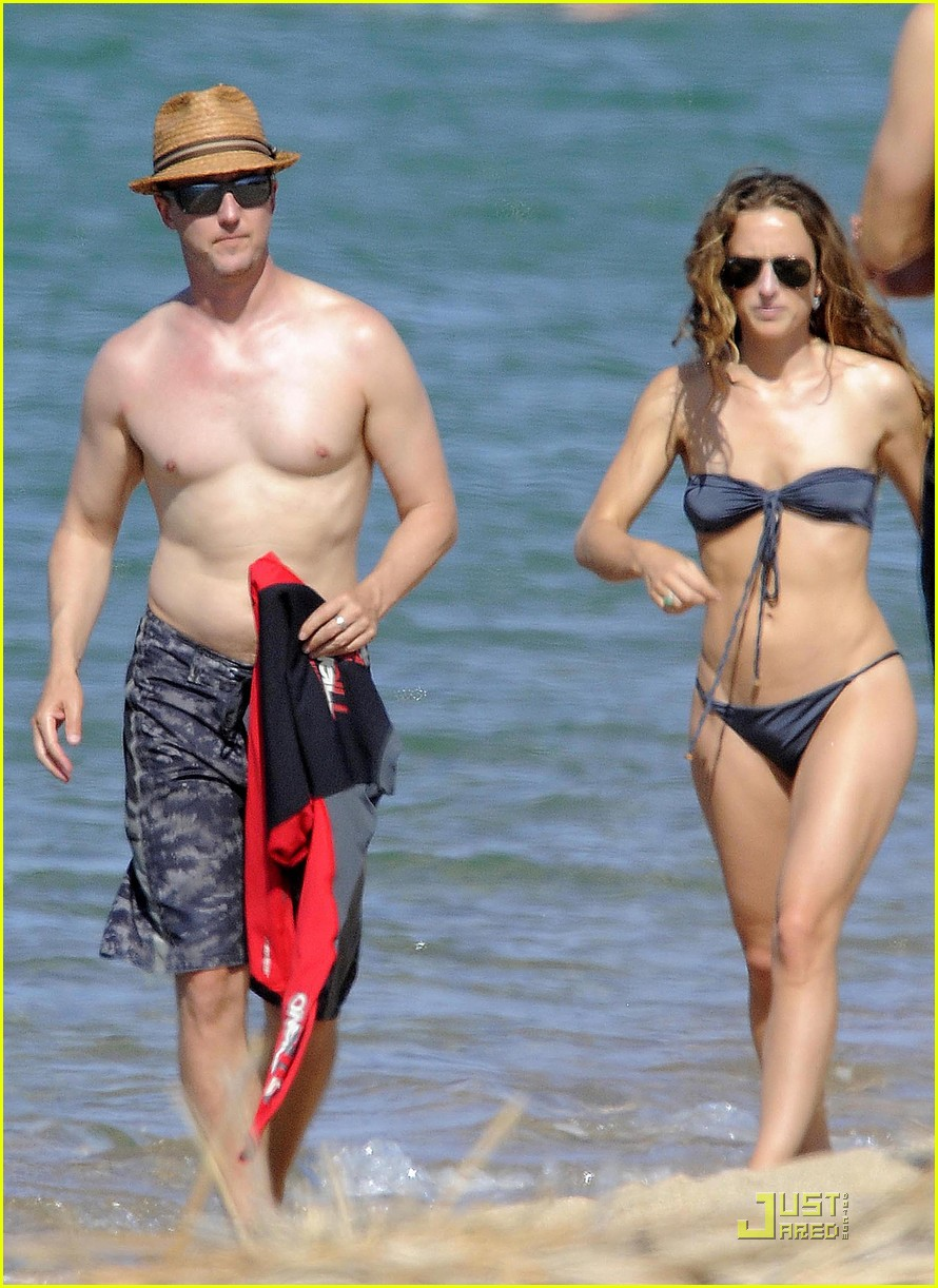 edward norton shirtless beach bod with shauna robertson 01