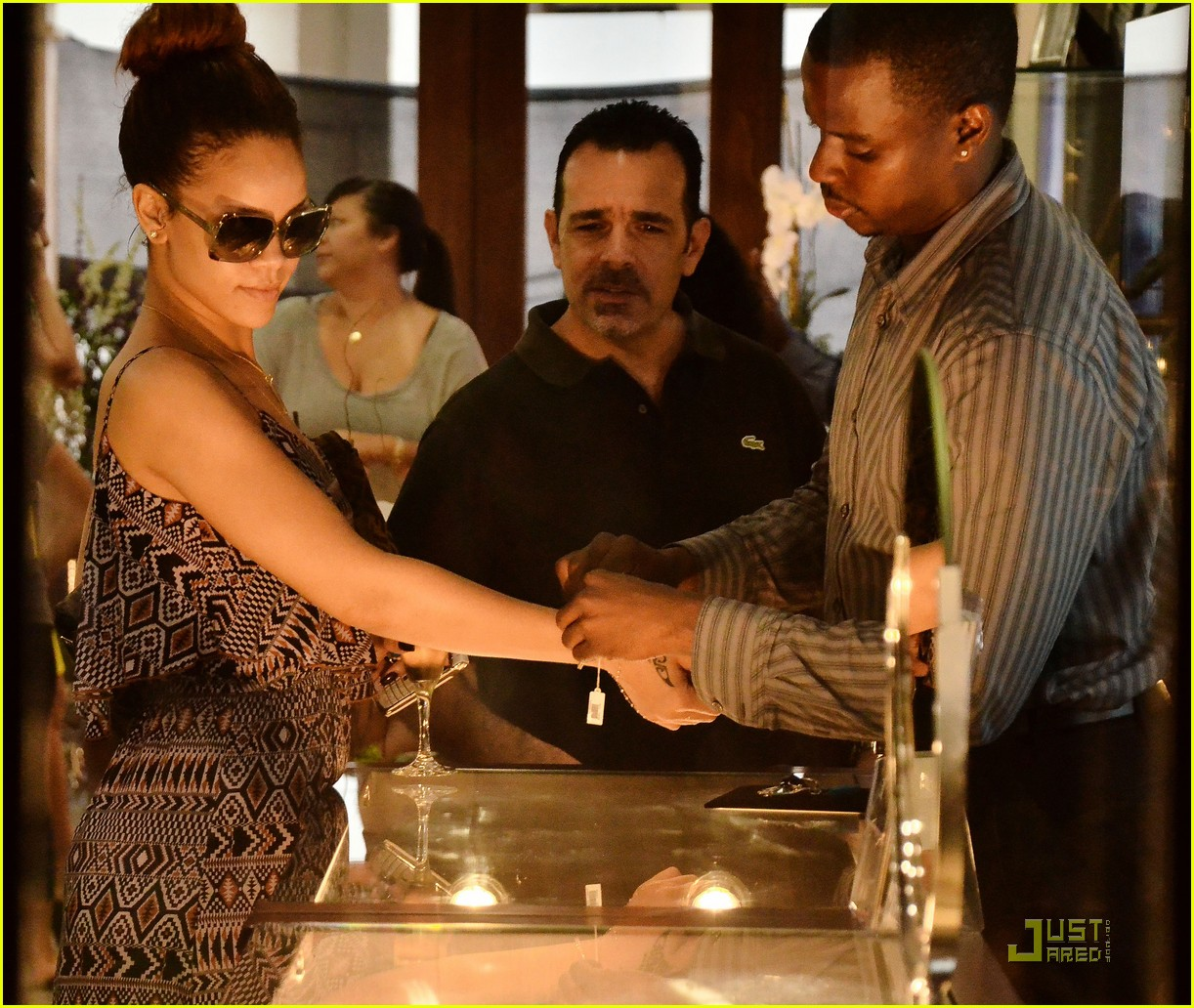 rihanna shops with family in barbados 03