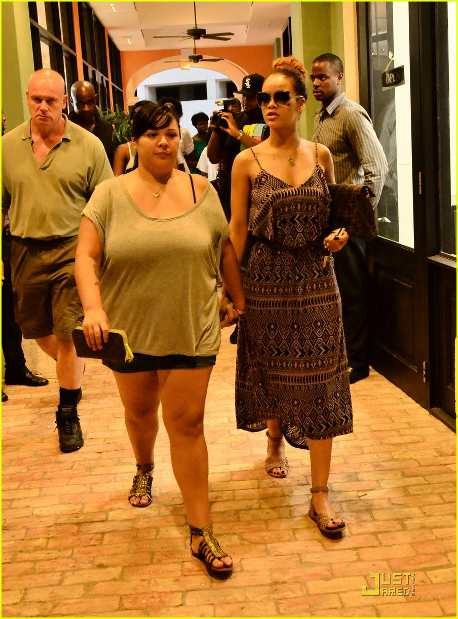 rihanna shops with family in barbados 05