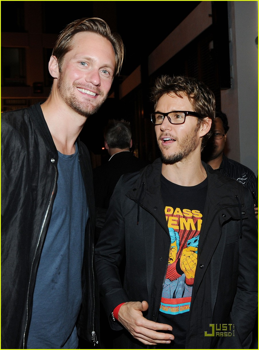 alexander skarsgard summit comic con party with ryan kwanten 02