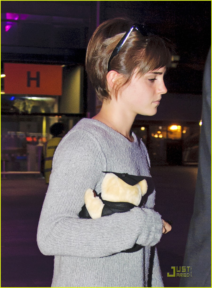 emma watson heathrow airport01