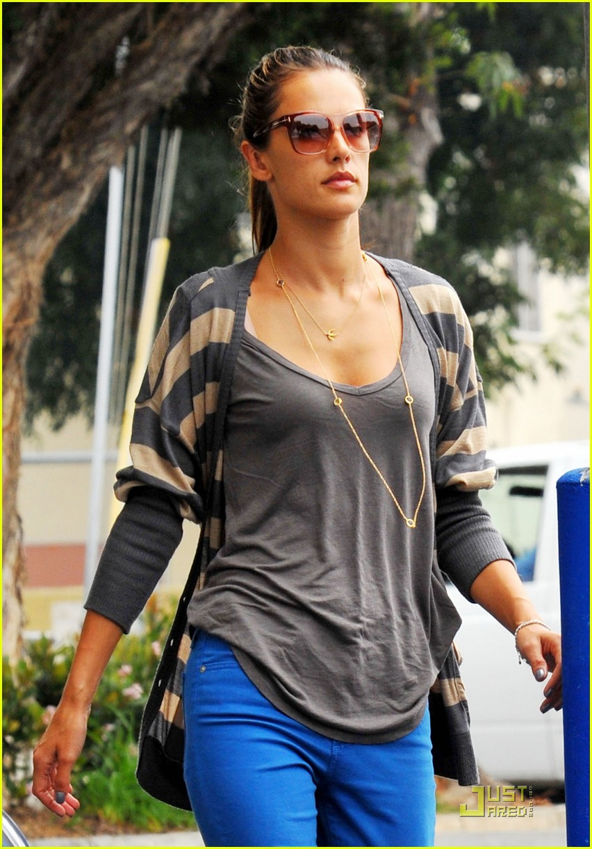 alessandra ambrosio santa monica mommy 01
