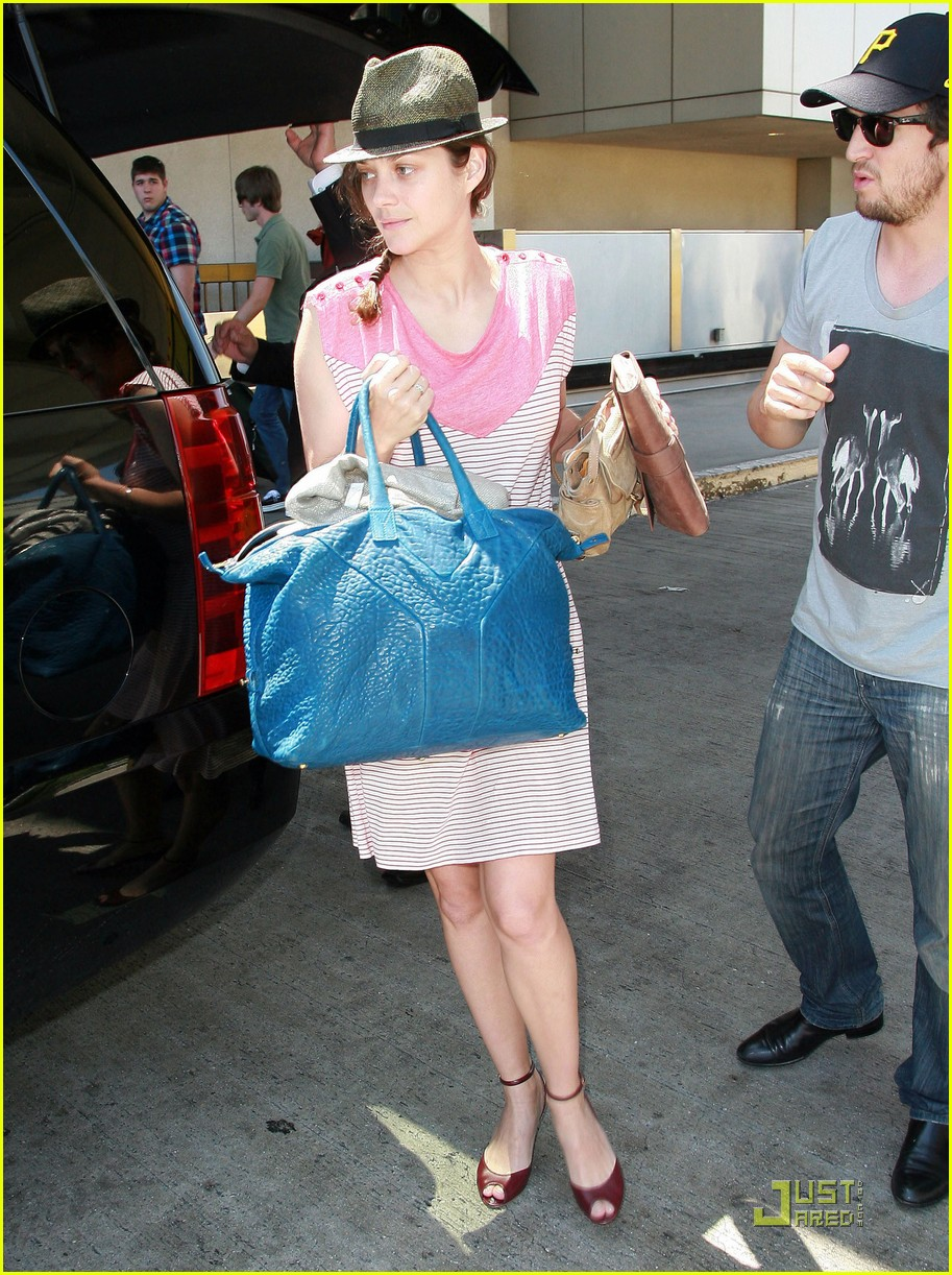 marion cotillard lax landing with guillame and marcel 03