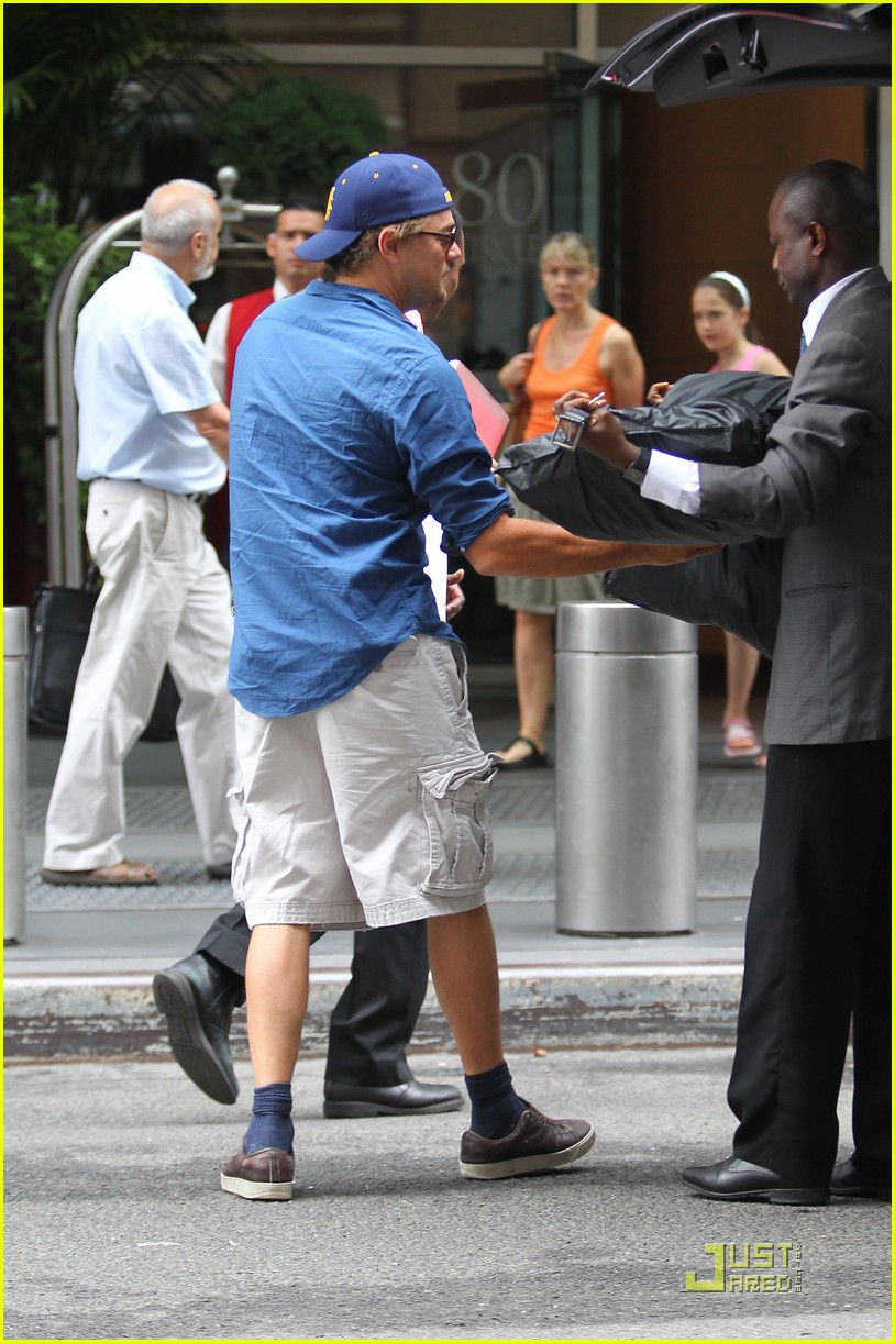leonardo dicaprio grabs luggage 01