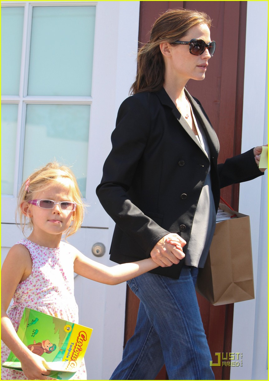 jennifer garner steps out after pregnancy announcement 07