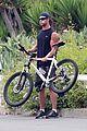 chris hemsworth biking santa monica 09