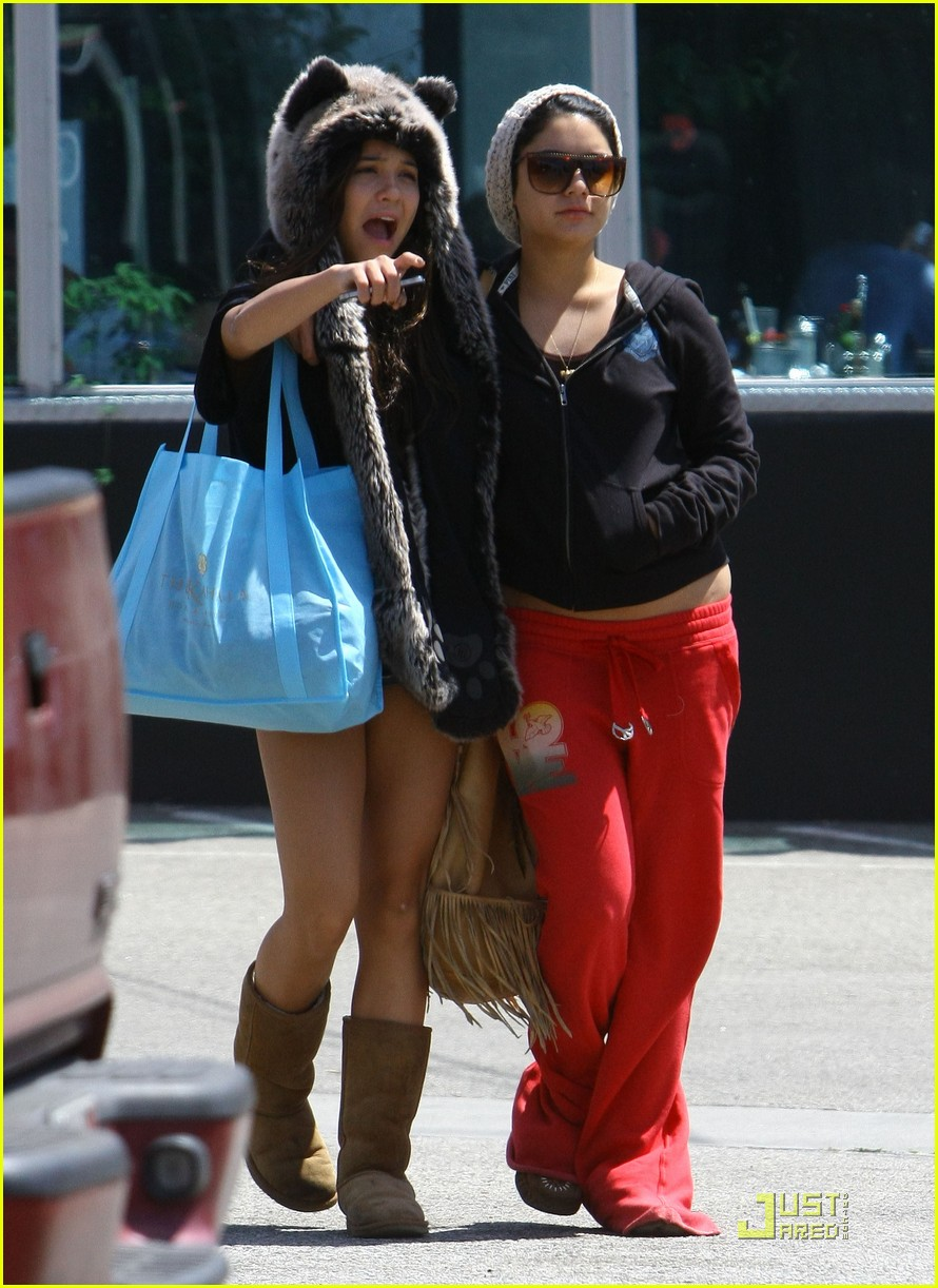 vanessa hudgens jinkys cafe with stella 09