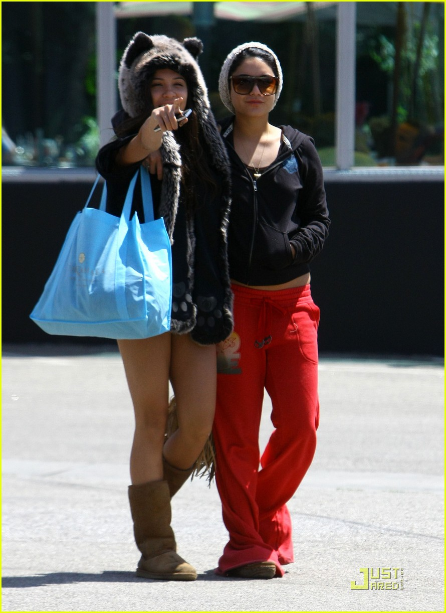 vanessa hudgens jinkys cafe with stella 11