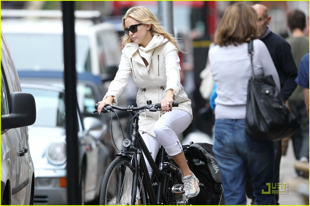 kate hudson biking london 04