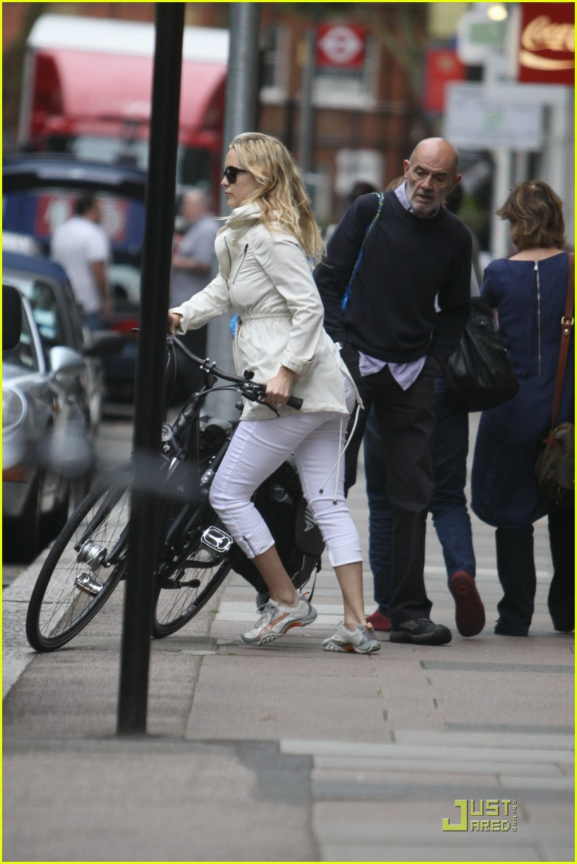 kate hudson biking london 092571291