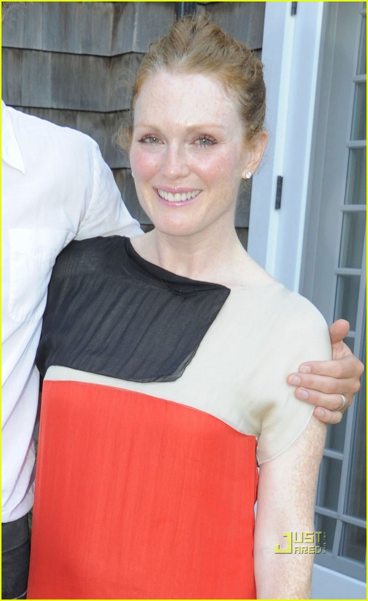 julianne moore whats on the table 01
