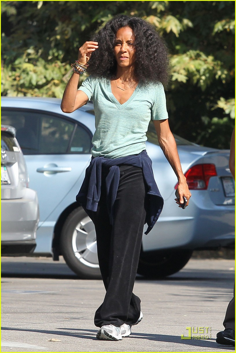 jada pinkett smith walk with friends 03
