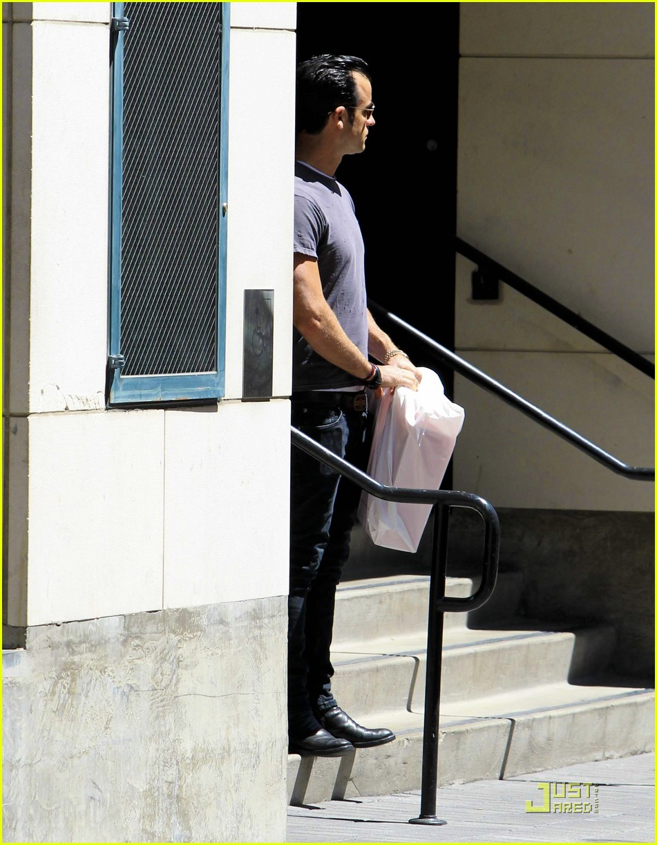 justin theroux leaves niketown 02