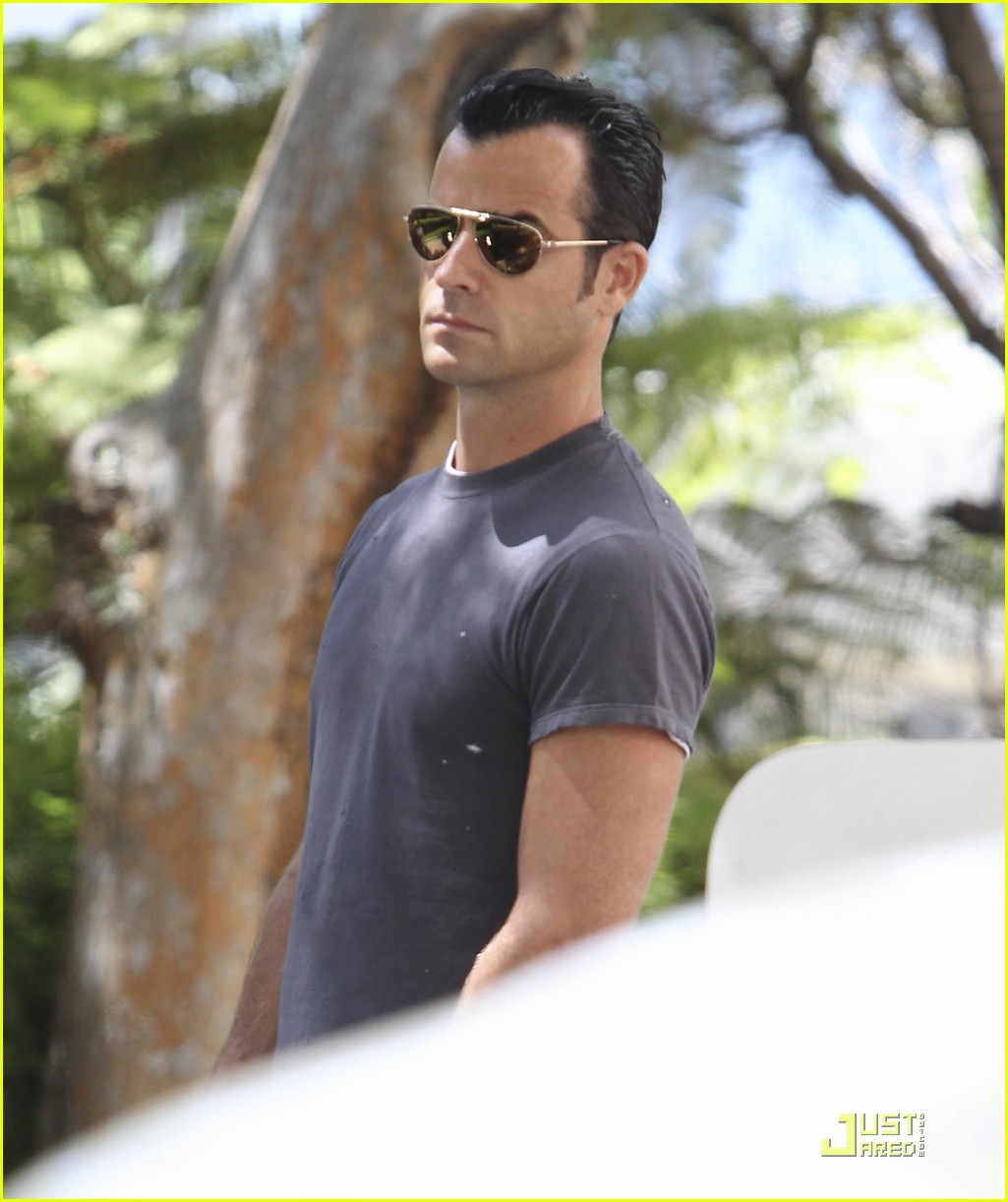 justin theroux leaves niketown 052573429