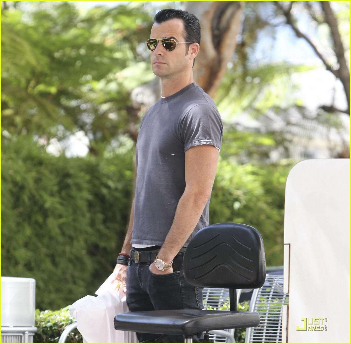 justin theroux leaves niketown 06