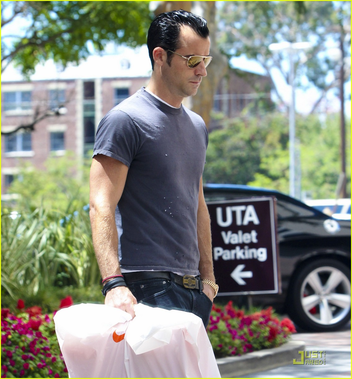 justin theroux leaves niketown 14