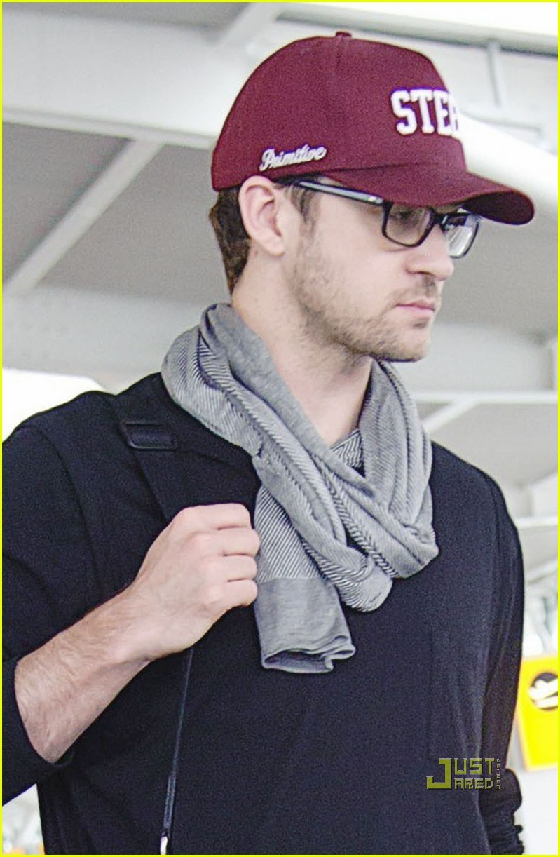 justin timberlake mila kunis heathrow airport 01