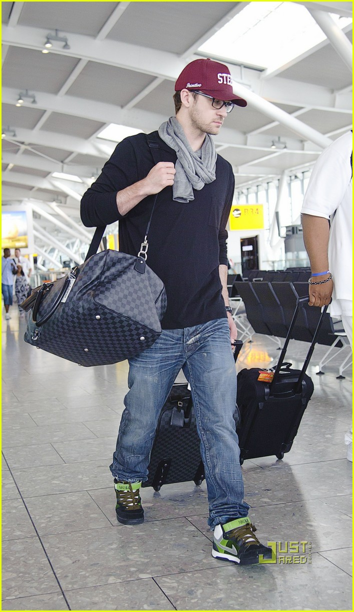justin timberlake mila kunis heathrow airport 03