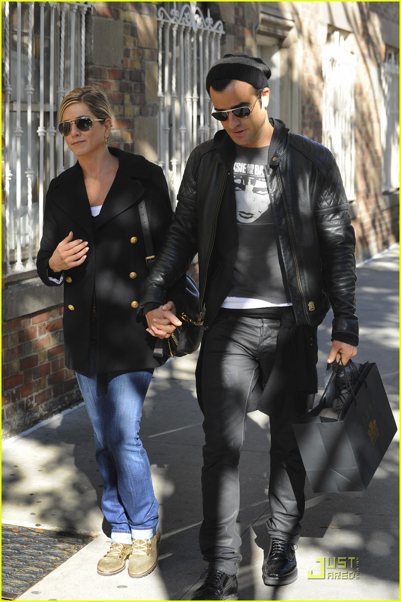 jennifer aniston justin theroux hand hold 15