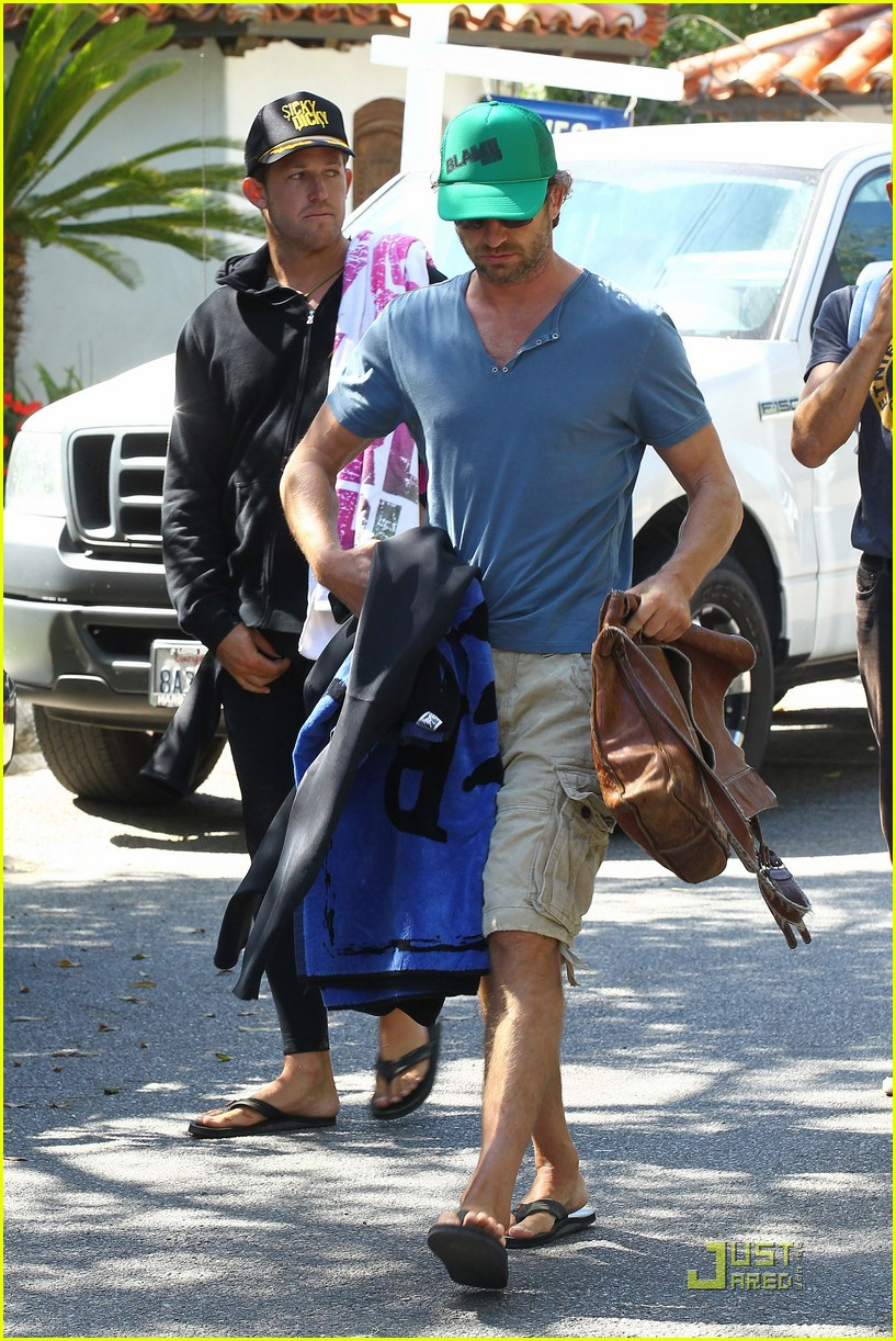 gerard butler walk beach 02
