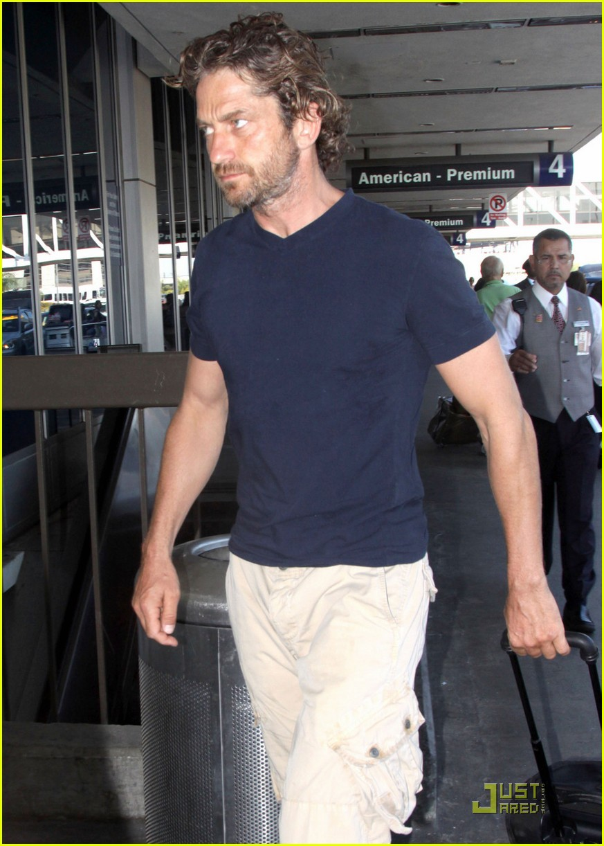 gerard butler arrives lax 04