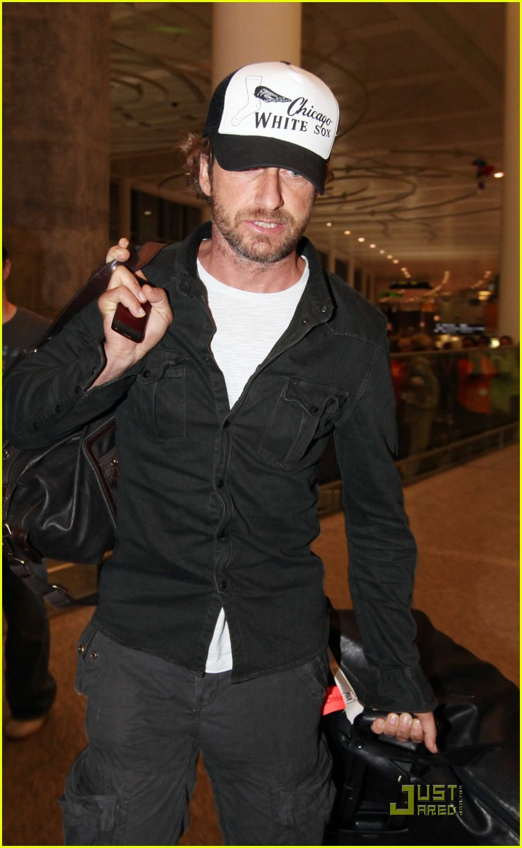 Full Sized Photo of gerard butler toronto airport 01 ... Gerard Butler From