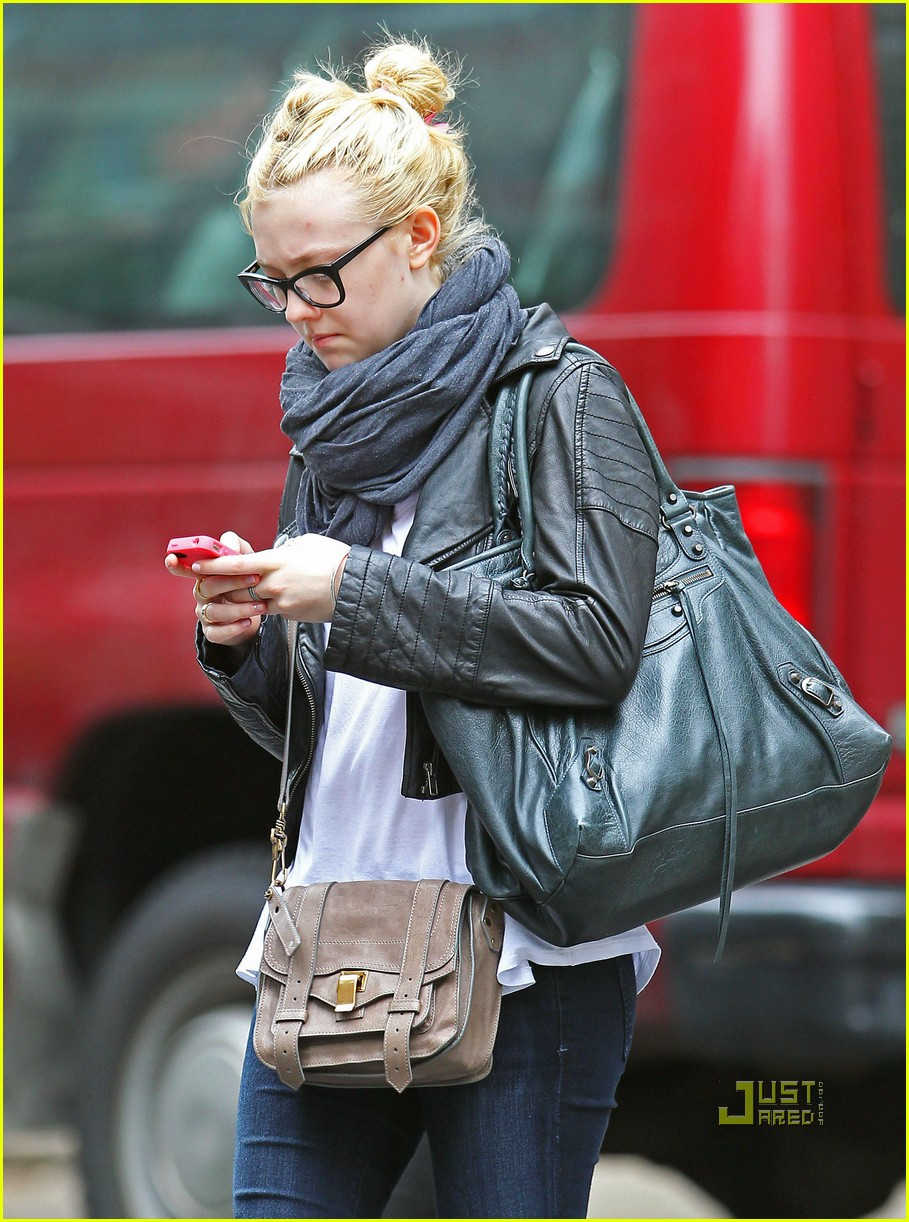 Full Sized Photo of dakota fanning texting west village 02 ... Dakota Fanning Images