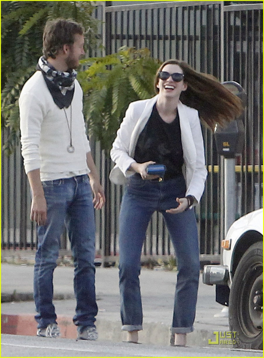 anne hathaway dinner with adam 04