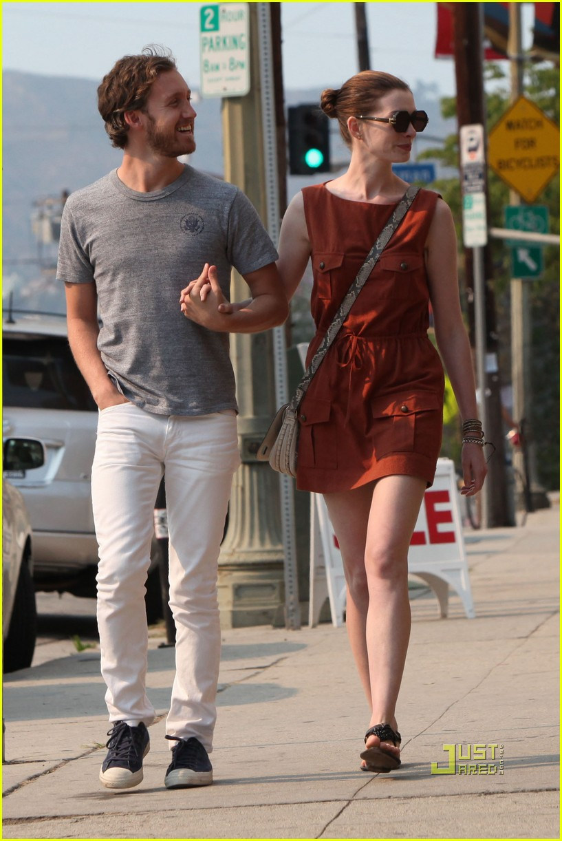 anne hathaway adam shulman millies coffee shop 07