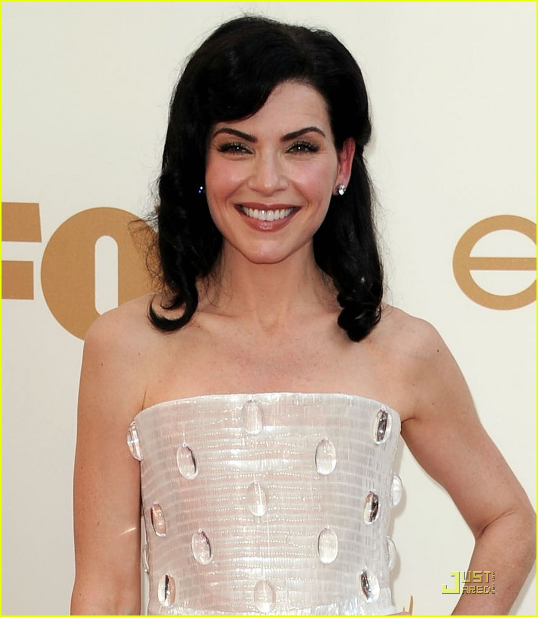 julianna margulies emmys 2011 red carpet 02