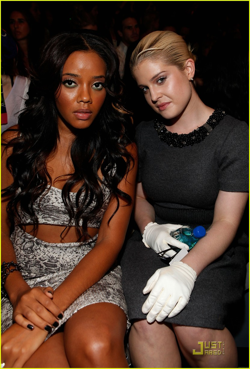 kelly osbourne wears white gloves to fashion week 04