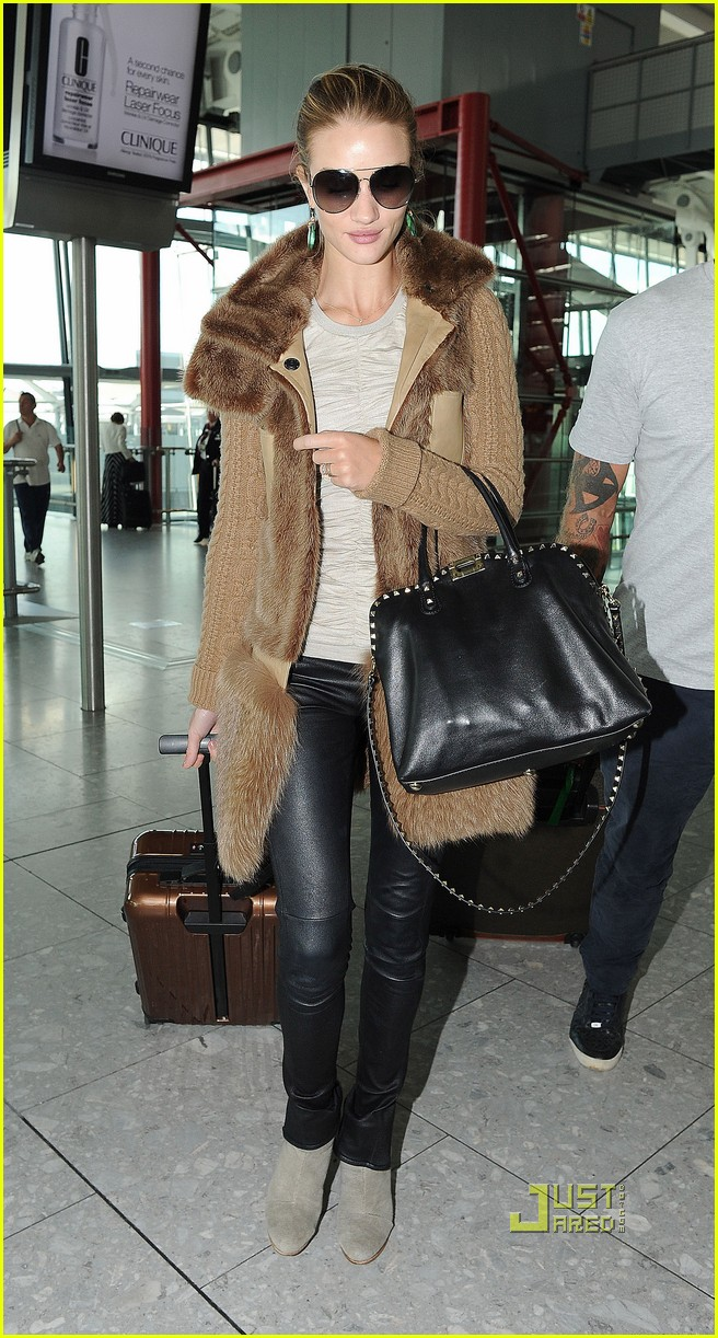 rosie huntington whiteley heathrow airport 01