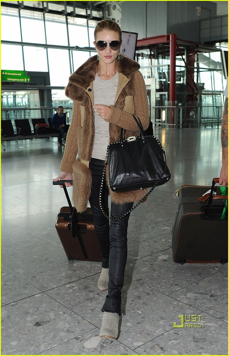 rosie huntington whiteley heathrow airport 03