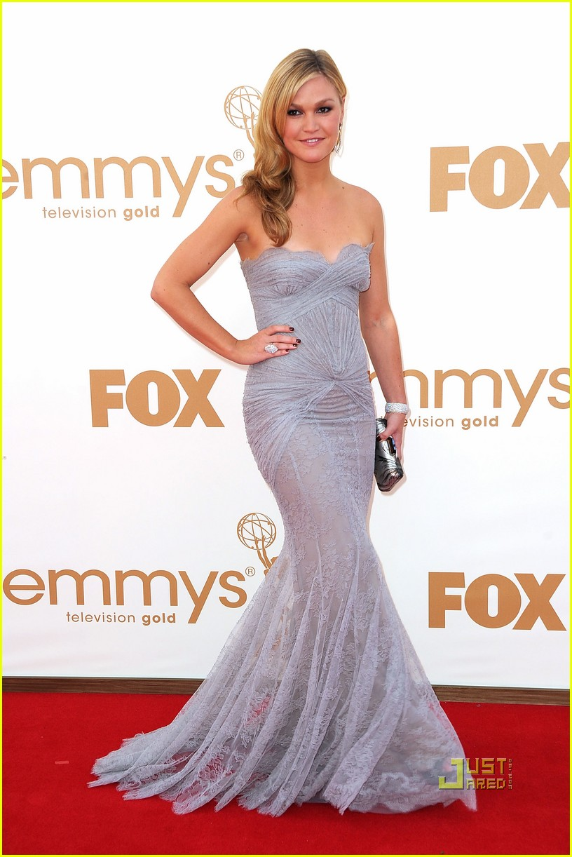 julia stiles 2011 emmy awards red carpet 02