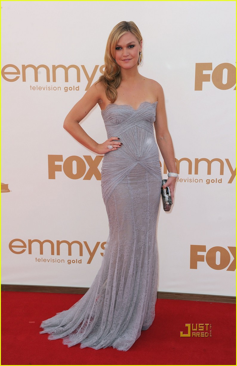 julia stiles 2011 emmy awards red carpet 03