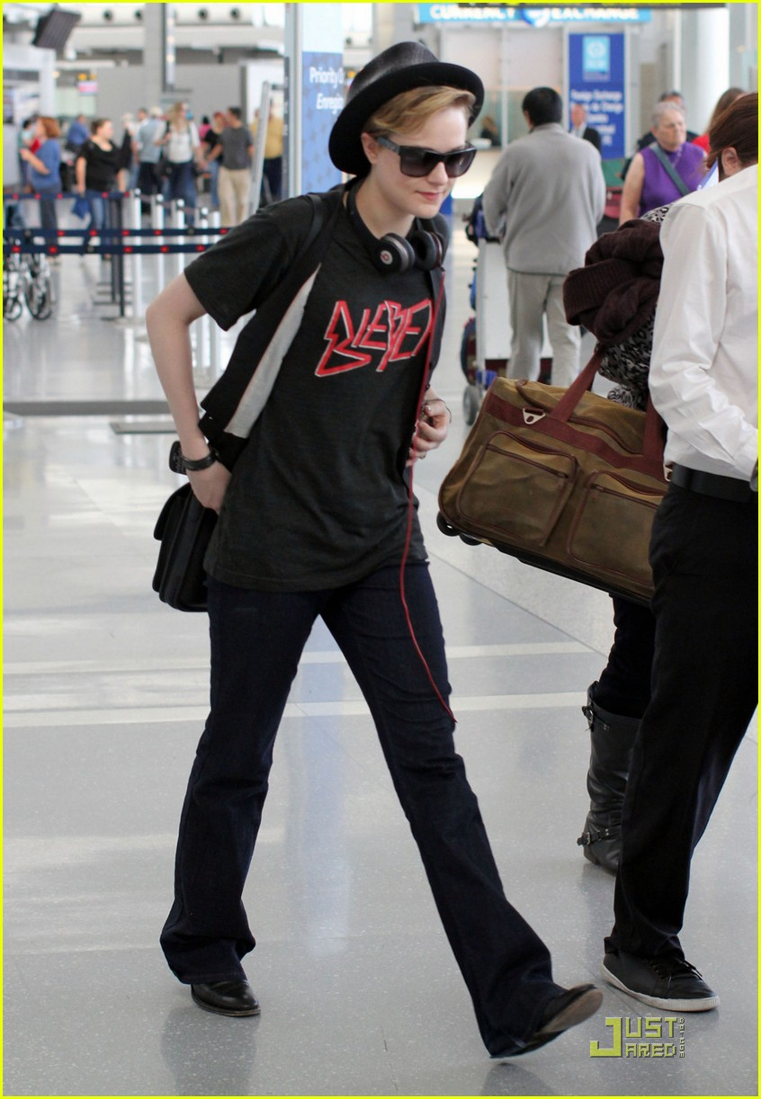 evan rachel wood toronto airport 03