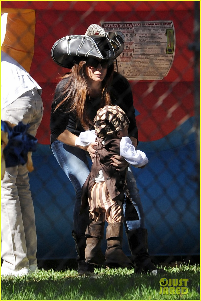 sandra bullock louis party pirate 03