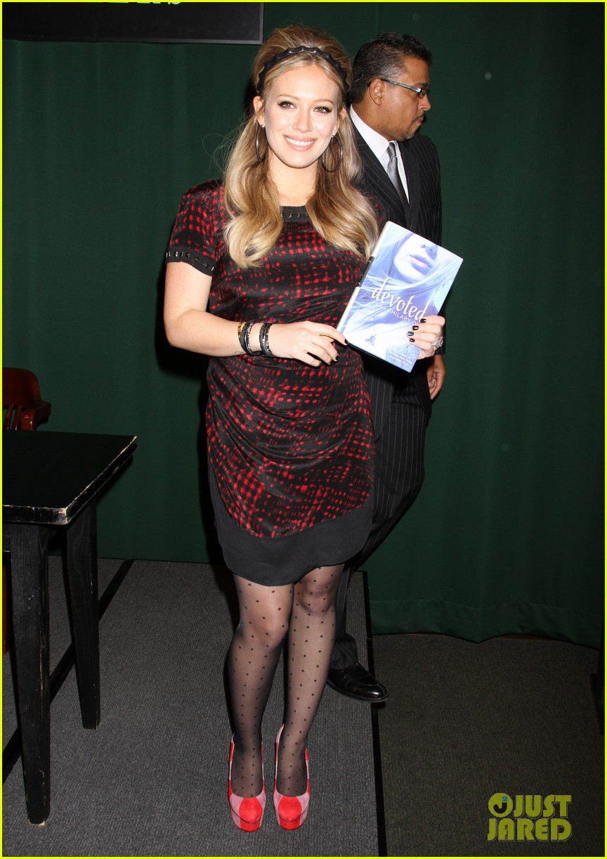 hilary duff book signing 05