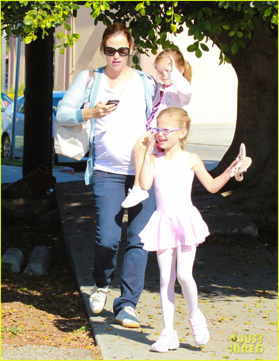 jennifer garner brings the girls to ballet class 032595072