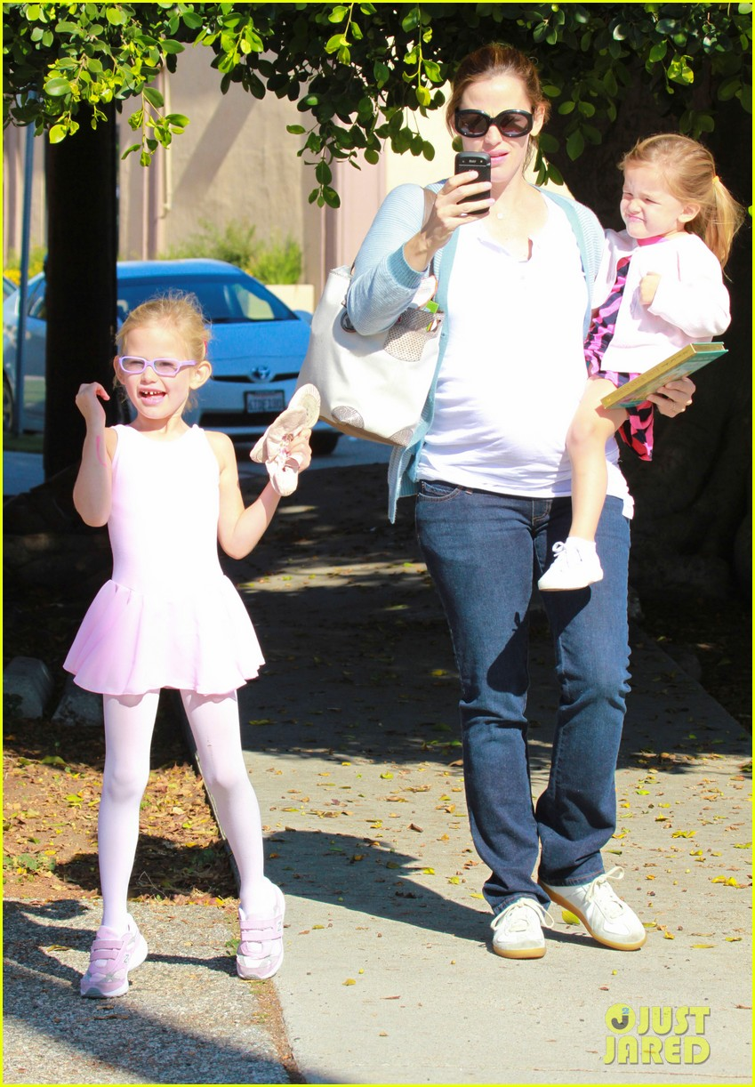 jennifer garner brings the girls to ballet class 052595074